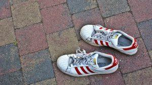 pubers, schaamte, vies, smerig, voeten, stom, waarom, stinkend, stinkt, schamen, sokken, Adidas, sneakers